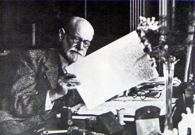 "Зигмунд Фрейд, читая ""Abriß der Psychoanalyse"", Лондон, 1938"